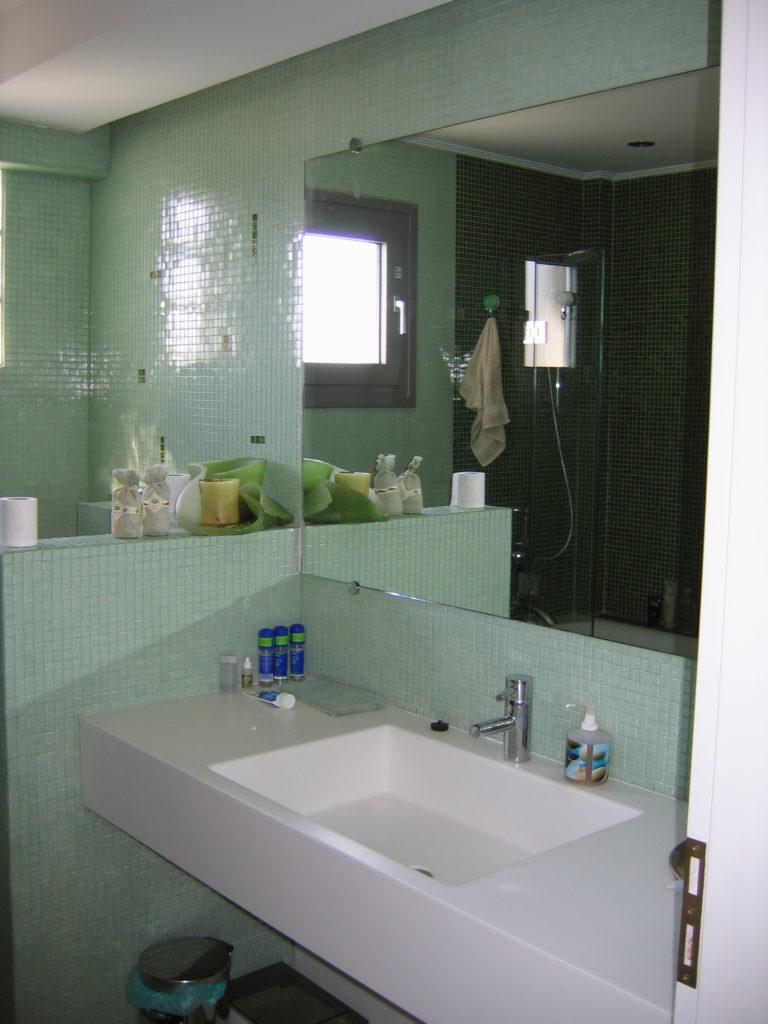 Ανακαίνιση μπάνιου πλακάκι ψηφίδα πάγκος corian