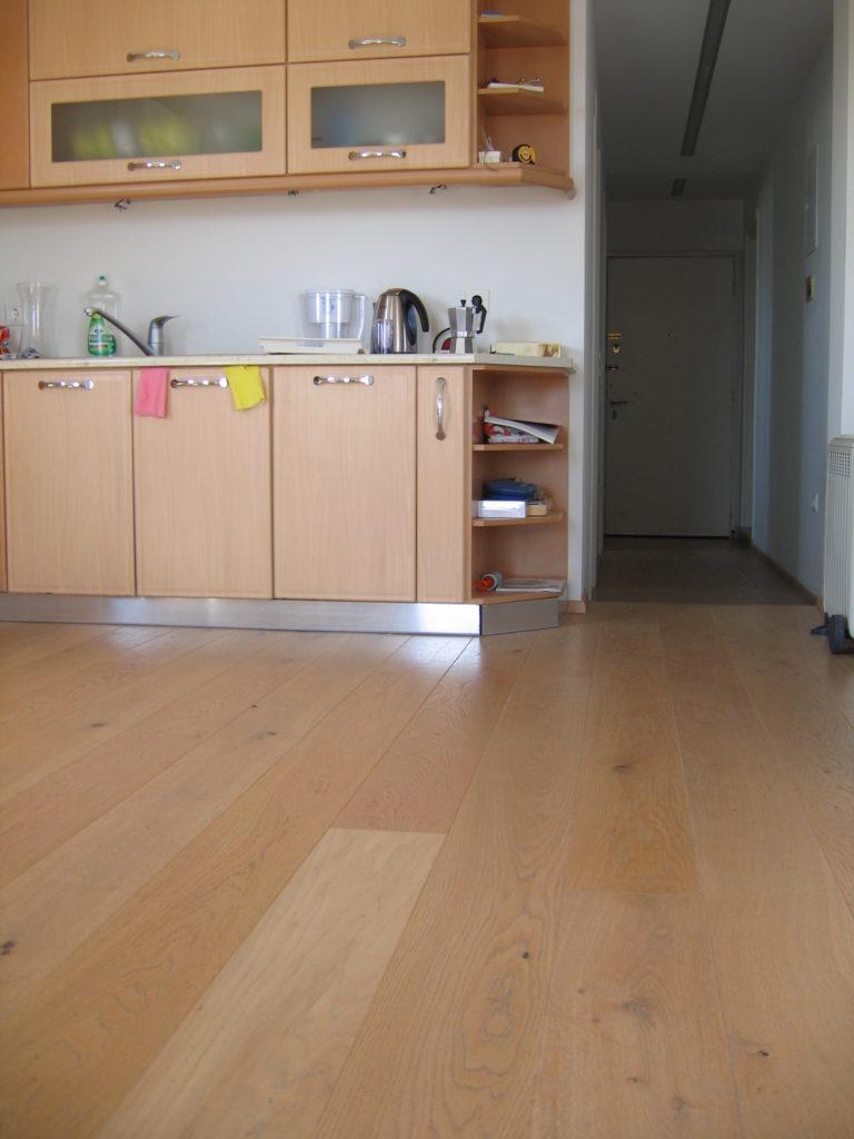 Ανακαίνιση διαμερίσματος σε δάπεδο με προγυαλισμένο μασίφ ξύλο