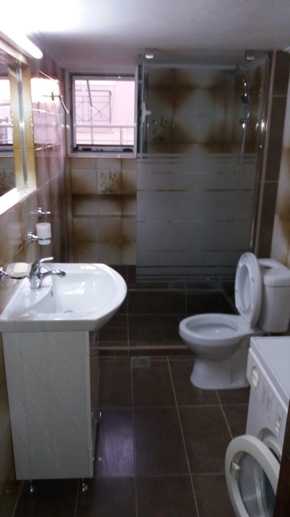Ανακαίνιση μπάνιου με αλλαγή παλιών πλακιδίων